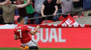 Penyerang Manchester United, Alexis Sanchez melakukan selebrasi usai mencetak gol ke gawang Tottenham Hotspur pada semifinal Piala FA di stadion Wembley di London, (21/4). MU menang atas Tottenham 2-1 dan melaju ke Final. (AP Photo/Kirsty Wigglesworth)