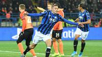 Bek Atalanta, Timothy Castagne melakukan selebrasi usai mencetak gol ke gawang Shakhtar Donets, pada Matchday 6 Grup C Liga Champions, Kamis (12/12/2019) dini hari WIB.  (AFP / Sergei Supinsky)