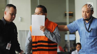 Anggota DPRD Sumatera Utara, Arifin Nainggolan usai menjalani pemeriksaan di Gedung KPK, Jakarta, Senin (16/7). KPK resmi menahan Arifin Nainggolan. (Merdeka.com/Dwi Narwoko)
