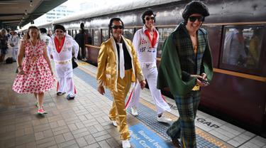 Penggemar Elvis Presley berkumpul di Stasiun Central untuk menghadiri The Parkes Elvis Festival di Sydney, Kamis (10/1). Festival ini diselenggarakan setiap tahun bertepatan dengan hari lahir musisi legendaris Elvis Presley. (PETER PARKS/AFP)