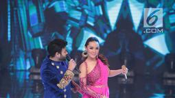 Aksi pedangdut Ridho Rhoma dan Zaskia Gotik saat tampil dalam Indonesian Dangdut Awards 2018 di Studio 5 Indosiar, Jakarta, Jumat (12/10). Mereka membawakan lagu Koi Mil Gaya dan Tum Hi Ho. (Liputan6.com/Faizal Fanani)