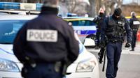 Polisi Prancis melakukan penyelidikan setelah seorang tahanan dibawa kabur dua orang bersenjata, Senin 28 Januari 2019 (AFP/Gerard Julien)