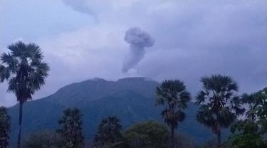 Telah terjadi erupsi G. Ili Lewotolok, Kabupaten Lembata, NTT pada tanggal 14 Desember 2020. (Liputan6.com/Dionisius Wilibardus)