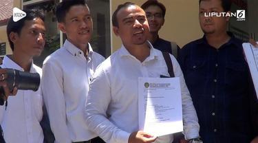 Didampingi oleh 15 pengacara, Baiq Nuril akhirnya melaporkan pelecehan seksual yang menimpa dirinya ke polisi.