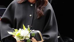 Meghan Markle mengunjungi New Zealand House di London, Selasa (19/3). Ditemani Pangeran Harry, Meghan Markle menempatkan karangan bunga di luar gedung sebagai penghormatan kepada para korban serangan teror di Christchurch. (AP/Alastair Grant)