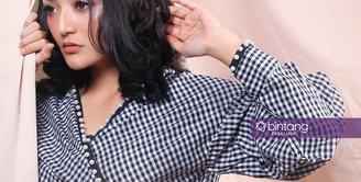 Lika-liku dalam merintis karier, pernah dirasakan oleh penyanyi dangdut Siti Badriah. Sebelum sukses seperti sekarang ini, perempuan biasa disapa Sibad itu pernah mengalami pahitnya merintis karier. (Adrian Putra/Bintang.com)