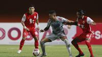 Gelandang Persija Jakarta, Rohit Chand (kanan) berebut bola dengan striker Persib Bandung, Wander Luiz dalam laga leg pertama final Piala Menpora 2021 di Stadion Maguwoharjo, Sleman, Kamis (22/4/2021). Persija menang 2-0. (Bola.com/M Iqbal Ichsan)