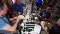 Resiko menjadi astronot harus berada diluar angkasa selama ratusan hari bahkan bertahun-tahun. Kangen pizza, seperti ini mereka membuatnya.