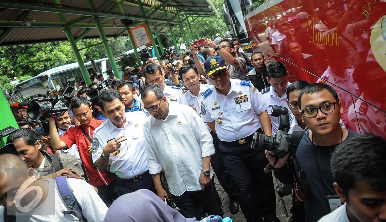 Menteri Perhubungan Budi Karya meninjau fasilitas Integrasi Moda Transportasi di Stasiun Gambir, Jakarta, Minggu (16/10). Budi meninjau fasilitas transportasi yang ramah disabilitas (Liputan6.com/Faizal Fanani)