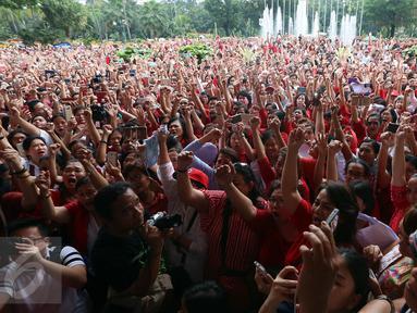 Aksi simpatik ratusan warga dengan menyanyikan lagu nasional yang dipimpin Addie MS di Balai Kota DKI Jakarta, Rabu (10/5). Ini merupakan aksi simpatik terhadap vonis yang dijatuhkan kepada Ahok atas kasus penodaan agama. (Liputan6.com/Johan Tallo)