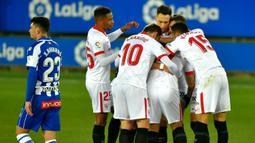 Pemain Sevilla merayakan gol yang dicetak Suso ke gawang Alaves pada laga lanjutan Liga Spanyol di Stadion Mendizorrotza, Rabu (20/1/2021) dini hari WIB. Sevilla menang 2-1 atas Alaves. (AFP/Ander Gillenea)