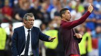 Pelatih Portugal, Fernando Santos (kiri) dan Cristiano Ronaldo memberikan instruksi kepada pemain Portugal saat melawan Prancis pada Final Piala Eropa 2016 di Stade de France, Saint-Denis, Paris,(11/7/2016) dini hari WIB. (AFP/Franck Fife)