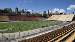 Menangapi situasi darurat virus Corona, Brasil merubah Stadion Pacaembu di Sao Paulo menjadi rumah sakit darurat bagi pasien terinfeksi Covid-19, Kamis (26/3). Sejumlah klub di Brasil menyerahkan penggunaan stadion untuk dijadikan rumah sakit darurat Covid-19. (AP/Andre Penner)