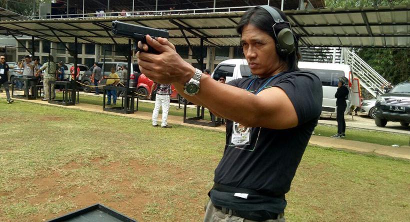 Agung Hercules saat belajar menembak. (Ferry Noviandi/Liputan6.com)