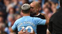 Pep Guardiola dan Sergio Aguero berpelukan setelah pertandingan Manchester City dan Tottenham Hotspur selesai. (AFP/Oli Scarff)