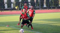 Pemain menjalani latihan perdana dalam TC Timnas Indonesia U-23 di Lapangan Universitas Negeri Yogyakarta (UNY), Sleman (29/5/2019) sore. (Bola.com/Vincentius Atmaja)