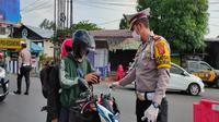 Jajaran Lantas Polres Cirebon Kota menggelar pra penyekatan di pertigaan Kedawung Pantura Cirebon kepada pengendara yang mudik di awal. Foto (Liputan6.com / Panji Prayitno)