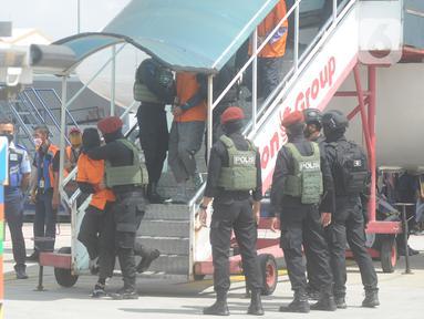 Densus 88  Mabes Polri membawa teroris usai tiba di Bandara Soekarno-Hatta, Tangerang Banten, Kamis (4/1/2021). Sebanyak 26 terduga teroris tertangkap petugas Densus 88 di Makassar dan Gorontalo. (merdeka.com/Arie Basuki)