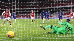 Striker Arsenal, Alexander Lacazette (kiri), mengecoh kiper Chelsea, Edouard Mendy, untuk mencetak gol pertama timnya lewat eksekusi penalti dalam laga lanjutan Liga Inggris 2020/21 pekan ke-15 di Emirates Stadium, London, Sabtu (26/12/2020). Arsenal menang 3-1 atas Chelsea. (AFP/Julian Finney/Pool)