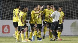 Para pemain Barito Putera memprotes keputusan wasit Mochammad Adung yang memberi tendangan penalti untuk Arema FC dalam laga matchday ke-2 Grup A Piala Menpora 2021 di Stadion Manahan, Solo, Kamis (25/3/2021). Barito Putera menang 2-1 atas Arema FC. (Bola.com/Arief Bagus)