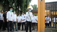 Wako Palembang Harnojoyo melakukan pembongkaran bekas kantor camat di simpang Angkatan 66 Palembang, yang menjadi lokasi pembangunan Fly Over (Dok. Humas Kominfo Palembang / Nefri Inge)