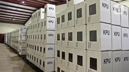 Kotak suara yang telah dirakit tersimpan di Gudang Logistik KPU, Depok, Jawa Barat, Jumat (13/11/2020). KPU Kota Depok telah merakit 4.015 kotak suara serta menyediakan 16.060 bilik suara yang akan digunakan untuk Pilkada Kota Depok pada 9 Desember 2020. (Liputan6.com/Herman Zakharia)