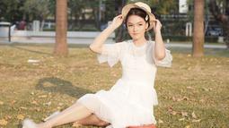 Blouse putih yang dipadukan dengan topi dan jepit rambut, membuat gaya berlibur wanita 27 tahun ini rapi namun tetap santai. Manis banget ya! (Liputan6.com/IG/@anariana27)