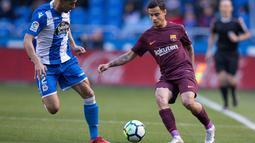 Pemain Barcelona Philippe Coutinho berusaha melewati pemain Deportivo Juanfran saat pertandingan La Liga Spanyol di stadion Riazor, Spanyol (29/4). (AP/Lalo R. Villar)