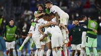 Pemain Italia merayakan kemenangan mereka setelah pertandingan Perempatfinal Euro 2020 melawan Belgia yang berlangsung di Allianz Arena, Jerman pada Jumat (02/06/2021). (AP/Pool/Philipp Guelland)