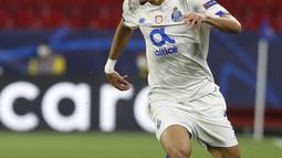 Penyerang Porto,  Luis Diaz membawa bola saat bertanding melawan Chelsea pada leg kedua perempat final Liga Champions di stadion Ramon Sanchez Pizjuan, Spanyol, Rabu (14/4/2021). Chelsea lolos ke semifinal usai mengandaskan Porto dengan agregat 2-1. (AP Photo/Angel Fernandez)