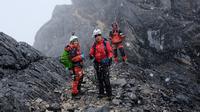 Setelah melakukan perjalanan berhari-hari, tim ekspedisi 7 Summits Indonesia in 100 Days akhirnya berhasil menapaki Puncak Cartensz. (13/1). Cartensz merupakan salah satu gunung tertinggi di dunia. (Dok. Tim Ekspedisi 7 Summits Indonesia in 100 Days)