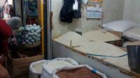Sepinya pembeli, membuat para penjual bahan pokok di Pasar Anyer, Bogor menaikkan harga penjualan mereka.