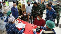 Gubernur Kaltim Isran Noor saat menyaksikan langsung penyuntikan vaksin yang dilaksanakan TNI AU bersama PT Berau Coal.