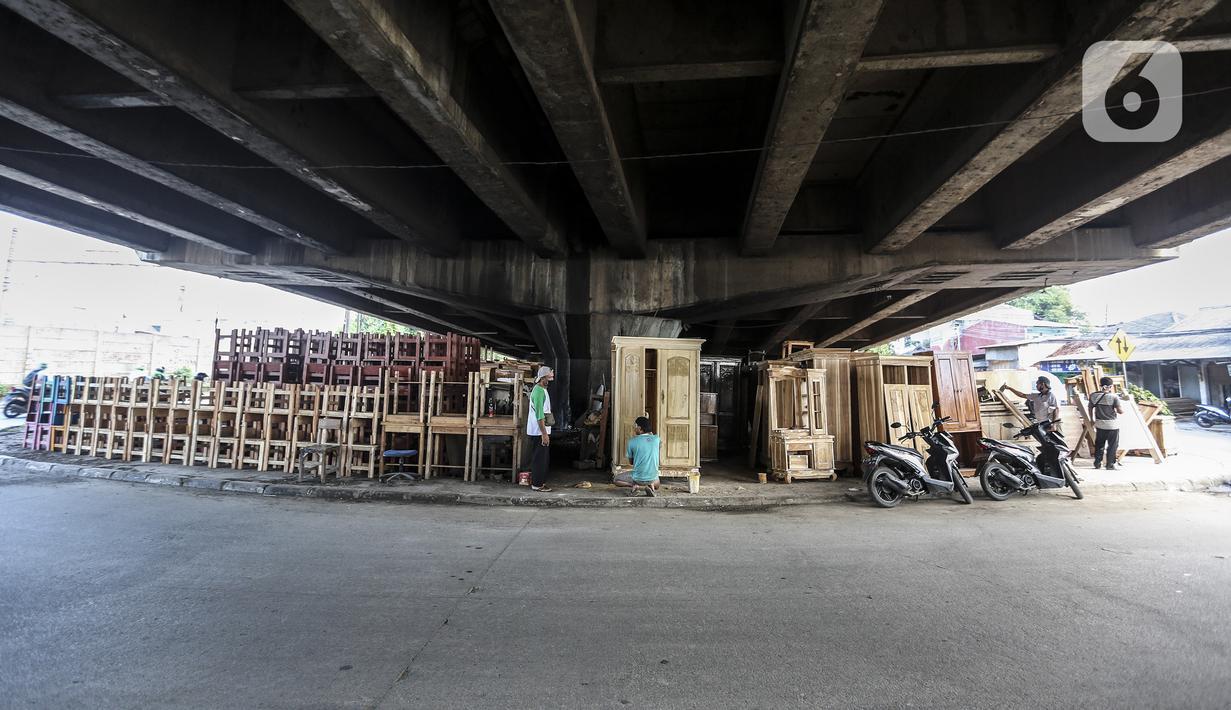 Pekerja menyelesaikan pembuatan furniture (perlengkapan rumah) di kolong Flyover Kranji, Bekasi, Jawa Barat, Sabtu (7/11/2020). Selama pandemi COVID-19 berlangsung, pedagang mengeluhkan daya beli masyarakat yang turun drastis. (Liputan6.com/Johan Tallo)
