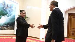 Pemimpin Korea Utara Kim Jong-un menyambut kedatangan Menteri Luar Negeri Rusia Sergei Lavrov di Pyongyang, Korea Utara (31/5). (Valery Sharifulin/TASS News Agency Pool Photo via AP)