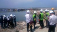 Manajemen PLTU melakukan emeriksaan baku mutu air di lokasi pembuangan Limbah. (Liputan6.com/Yuliardi Hardjo)