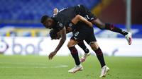 Pemain AC Milan, Hakan Calhanoglu, melakukan selebrasi bersama Rafael Leao usai mencetak gol ke gawang Sampdoria pada laga Serie A di Stadion Luigi Ferraris, Rabu (29/7/2020). AC Milan menang 4-1 atas Sampdoria. (Spada/LaPresse via AP)