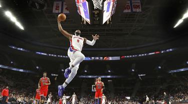 Aksi pemain Detroit Pistons, Andre Drummond #0 saat melakukan dunks melawan Chicago Bulls pada laga NBA di Auburn Hills, (07/12/2016). Detroit menang 102-91. (AP/Paul Sancya)