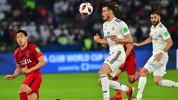 Gelandang Real Madrid, Gareth Bale, berusaha mengontrol bola saat melawan Kashima Antlers pada laga Piala Dunia Antarklub di Stadion Zayed Sports City, Abu Dhabi, Rabu (19/12). Madrid menang 3-1 atas Kashima. (AFP/Giuseppe Cacace)