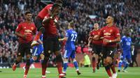 Para pemain Manchester United merayakan gol ke gawang Leicester City pada laga Premier League, di Old Trafford, Jumat (10/8/2018). (AFP/Oli Scarff)
