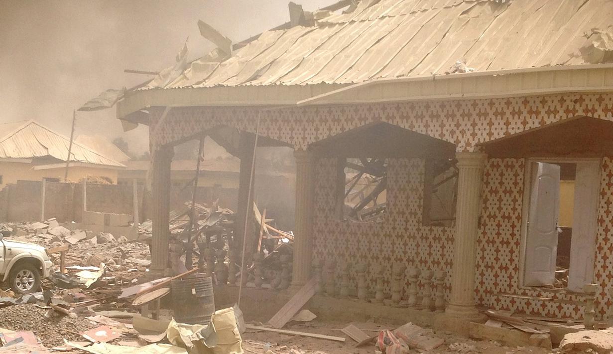 Suasana menunjukkan kerusakan akibat ledakan di kantor polisi di kota Yola , Nigeria 25 Februari 2016. Daerah Afrika ini mengalami berbagai serangan yang diduga terkait gerakan bernama  Boko Haram. (REUTERS / Stringer)