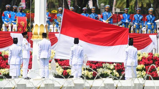 Paskibraka mengibarkan Bendera Merah Putih dalam Upacara HUT ke-76 RI di halaman Istana Merdeka, Selasa (17/8/2021).