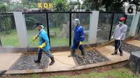 Petugas menyemprotkan cairan disinfektan di area Museum Fauna Indonesia Komodo dan Taman Reptilia, TMII Jakarta, Rabu (18/3/2020). Pengelola TMII secara bertahap melakukan tindakan disinfeksi di setiap lokasi wisata dan anjungan. (Liputan6.com/Fery Pradolo)