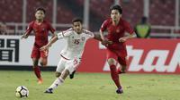 Striker Indonesia, Hanis Saghara, berebut bola dengan pemain Uni Emirat Arab (UEA), Mansor Ibrahim, pada laga AFC di SUGBK, Jakarta, Rabu (24/10/2018). Indonesia menang 1-0 atas UEA. (Bola.com/M Iqbal Ichsan)
