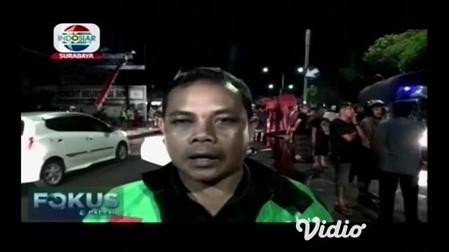 Kecelakaan truk terjadi di jalan S.Parman, Kecamatan Banyuwangi, Jawa Timur, truk yang mengangkut udang menabrak beton pembatas jalan hingga truk terguling.