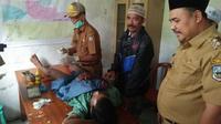 Wakil Bupati Sarolangun, Hilalatil Badri ikut menyaksikan proses sunatan massal warga Suku Anak Dalam. (Foto: Yansah/B Santoso/Liputan6.com)