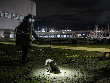 Tim Gegana Brimob Kelapa Dua Mabes Polri mengecek benda mecurigakan saat simulasi penanggulangan bom dan teror di Depo MRT Lebak Bulus, Jakarta, Rabu (16/12/2020). Aksi tersebut untuk mengecek kesiapan anggota Brimob Kelapa Dua Mabes Polri menghadapi ancaman kejahatan. (Liputan6.com/Faizal Fanani)