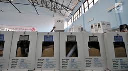 Sejumlah logistik Pemilu 2019 yang telah disegel sebelum didistribusikan ke kelurahan di Gudang Logistik Kecamatan Kemayoran, Jakarta, Senin (15/4). Penyegelan gembok dan logistik lainnya dilakukan untuk menjamin keamanan surat suara saat didistribusikan ke kelurahan. (merdeka.com/Iqbal Nugroho)