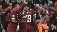 Trio striker Liverpool (dari kiri ke kanan), Robert Firmino, Mohamed Salah, dan Sadio Mane merayakan gol ke gawang AS Roma pada leg pertama semifinal Liga Champions, di Anfield, Rabu (24/4/2018). (AFP/Filippo Monteforte)