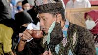 Menparekraf Sandiaga Uno mencicipi lemongrass tea, penganan khas Desa Wisata Bilebante, Lombok Tengah, Nusa Tenggara Barat (NTB). (dok. SSU)